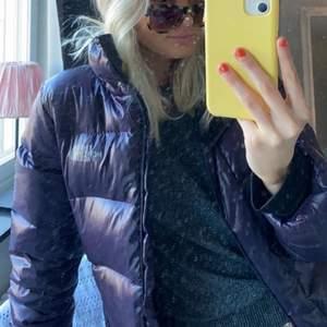 Säljer nu min så snygga North Face jacka, storlek XS men passar S också, nästan nyskick!💕💕 nypris ligger runt 2000 men lägger ut den för 500 , skriv för fler bilder