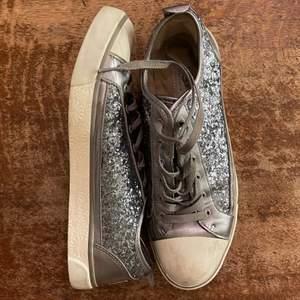 Glittriga skor från uggs i storlek 41!