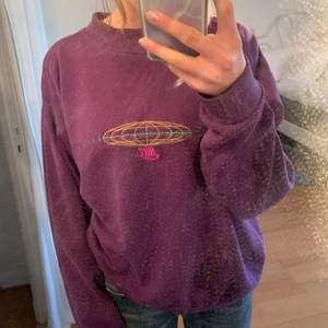 Så snygg vintage nike sweatshirt!! Kommer tyvärr inte till använding därför säljer jag den❤️ säljer endast för bra bud eller köp direkt för 350