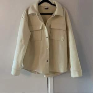 Hej! Jag säljer denna så fina skjort-jacka i M för en oversized look! Har alltid XS-M i jackor beroende på look❤️🔥