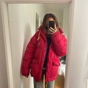 Jag tänkte sälja min röda fjällräven jacka, (expedition light) i storlek S. Buda i komentarerna, säljer vid bra bud :) Köp direkt för 4000