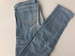 Säljer dessa ljusblåa jeans från Hollister då de inte längre kommer till användning. Använda 1-2 gånger så de är som nya.
