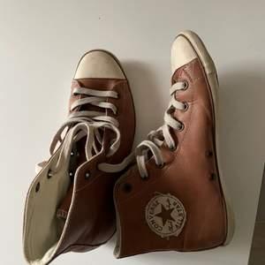 Skit snygga äkta vintage converse! Vet ej om det är riktigt läder men dem är skit snygga, storlek 37 vilket mostvarar 23,5cm