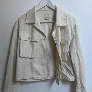 Vit jeansjacka från Nelly ❤️ köparen betalar för frakten