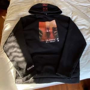 179kr inkluderad frakt -svart hoodie med motiv på framsidan. Storlek M