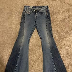 Low raised bootcut jeans, aldrig använda pga att det var för små därför ingen bild på men är i storlek 26. Möts bara upp i Sthlm (fraktar inte)💕💕