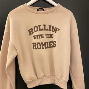 Säljer denna snygga tröjan som jag köpte på SHEIN då den inte satt som jag ville, den är aldrig använd så den är som helt ny, skriv vid mer frågor! Frakt tillkommer ❤️