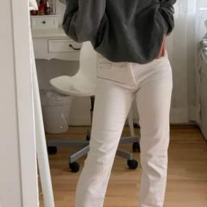 Jättefina vita jeans från Zara stl xs men passar mer som xxs. Nypris 359kr. Köparen står för frakt.