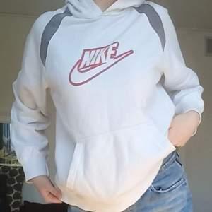 En väldigt snygg Nike hoodie köpt på humana💫 den är lite missfärjad vid fickan men det märks knappt💕