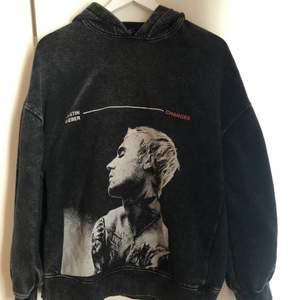 Jättesnygg oversized hoodie i stentvättad färg. Aldrig använd🤍💫 Storlek XS men är oversized!!