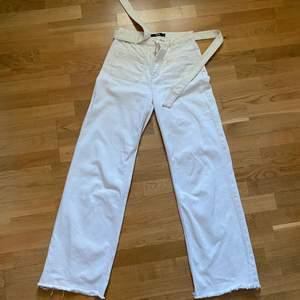 Vita högmidjade vida jeans, det är lite fläckar längst ner på baksidan av ena benet, frakten är inte inräknad i priset