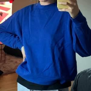 En väldigt najs sweater att ha både på sommaren och vintern. Den är oversized och väldigt mysig. Storlek M men större i storleken. Frakten står köparen för 💕