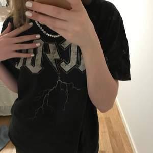 En cool AC⚡️DC t shirt från hm som jag tröttnat på men skitfin. Strl s men passar xs-l beroende på hur man vill att den ska sitta. Frakten är 40kr. ❗️10kr av erat köp går till Barncancerfonden❗️