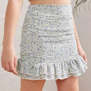 En kjol från Shein som är helt ny! Endast testat den. Säljer då den var alldeles för stor för mig! Storlek : 152.
