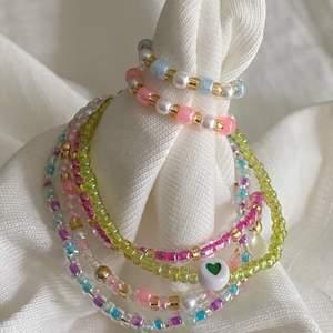 Säljer handgjorda smycken för super pris! Specialbeställ just dina önskade smycken, tips på designs hittar du på min plick och min instagram @jewelryea.🤍 tveka inte på att kontakta mig!