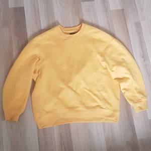En jätte fin gul/orange hoodie som är i ett toppen skick! Har aldrig använt den då jag inte tyckt att färgen passat mig! Den har ett jätte mysigt inne material och är även lite oversized och passar en XS-M beroende på hur man vill att den ska sitta!🥰 Köparen står för frakt!