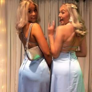 Säljer min superfina ljusblå balklänning i silke. Minns hur svårt det var att få tag på denna!! Köpte de sista exemplaret på Femeni för 5500kr. Klänningen är endast använd en gång. Buda!❤️ ( det är klänningen i mitten som är till salu )
