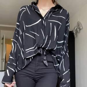 säljer en snygg skjorta/blus från weekday i storlek M!! i tunt och svalt material så passar bra till sommaren! 💗 (jag är storlek XS/S btw)