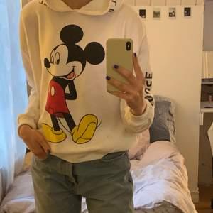 Vit mickey mouse hoodie med tryck både fram och bak! Har även fickor💕 mjukt och skönt material!