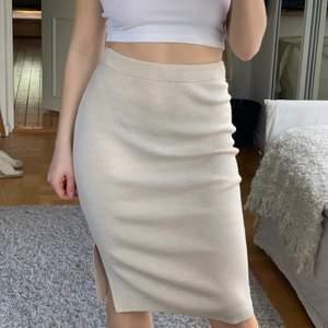 Helt ny midi-kjol i riktigt bra kvalité. Material är 50% viskos 50% ull, dyr i inköp. Säkjer pga inte kommit till användning tyvärr, därav är LAPP KVAR. Jag har oftast s men ibland xs, så beror på hur tight man vill att den ska sitta :)