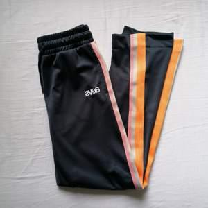 Trackpants från det svenska märket SVEA👑🇸🇪 Dom är gjorda i 90-tals streetwear stuck. Har justerbar resor i midjan och två sidfickor. Passar någon kortare person 150-160cm! Byxorna är MÖRKBLÅA inte svarta 💙 Frakt tillkommer 📦