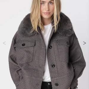 Säljer nu min älskade meotine jacka eftersom jag inte längre har så mkt användning för den❤️ köpt på deras hemsida för ca3000kr❤️ använd i knappt två månader!