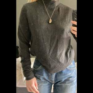 Hjälper min syster sälja kläder hon inte använder! Polotröja från okänt märke, storlek M. Köpare står för frakt på 45 kr🤍 Skriv privat för fler bilder!
