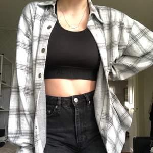 Jag säljer en rutig skjorta från NLY Trend i grå. Skriv om ni vill ha fler bilder. Skick: Bra skick (den är lite nopprig på visa ställen (Se bild 2), Storlek: S, Nypris: 499 kr