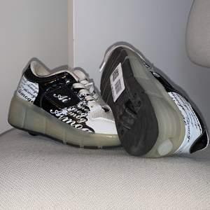 Rullskor med knapp och lampor i storlek 33, de är köpta på sellpy men de var för små, det är en lite fläck där fram på ena skon och skorna hade inga sulor, de ena skosnöret var också typ av, men skon går att använda ändå, skriv för fler bilder.😊