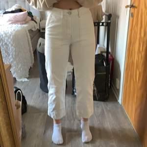 Snygga 3/4 jeans från Gina tricot💕 jag är 172/173 tycker att dem sitter mer som en 34 än en 36💕köparen står för frakt
