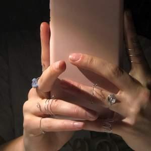 9 st handgjorda ringar i stål. Olika priser beroende på vilken ring du väljer                                                 1 ring har 3 st sodalit kristaller på sig. Priserna varierar mellan 5-30:- då sodalit ringen är den som kostar 30:- Hör av er vid fler bilder och frågor💖