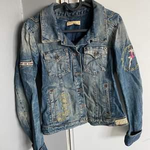 Snygg jeansjacka från Odd Molly med lite olika tryck som knappt är använd, den säljs inte längre, nypris 2500kr, skriv för fler bilder