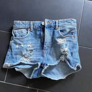 Ett par korta jeansshorts med slitningar framtill! Köparen står för frakt!