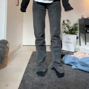 Säljer typ  dessa skitsnygga jeans med slits som inte kommer till användning, men i mycket fint skick💕 modellen är 162 köp direkt 300 vill bara bli av med de!.