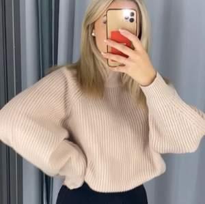 En beige stickad tröja ifrån H&M i storlek S. Stor och mysig och ett tjockare material. Knappt använd och fortfarande som ny. (Pris är exklusive frakt)