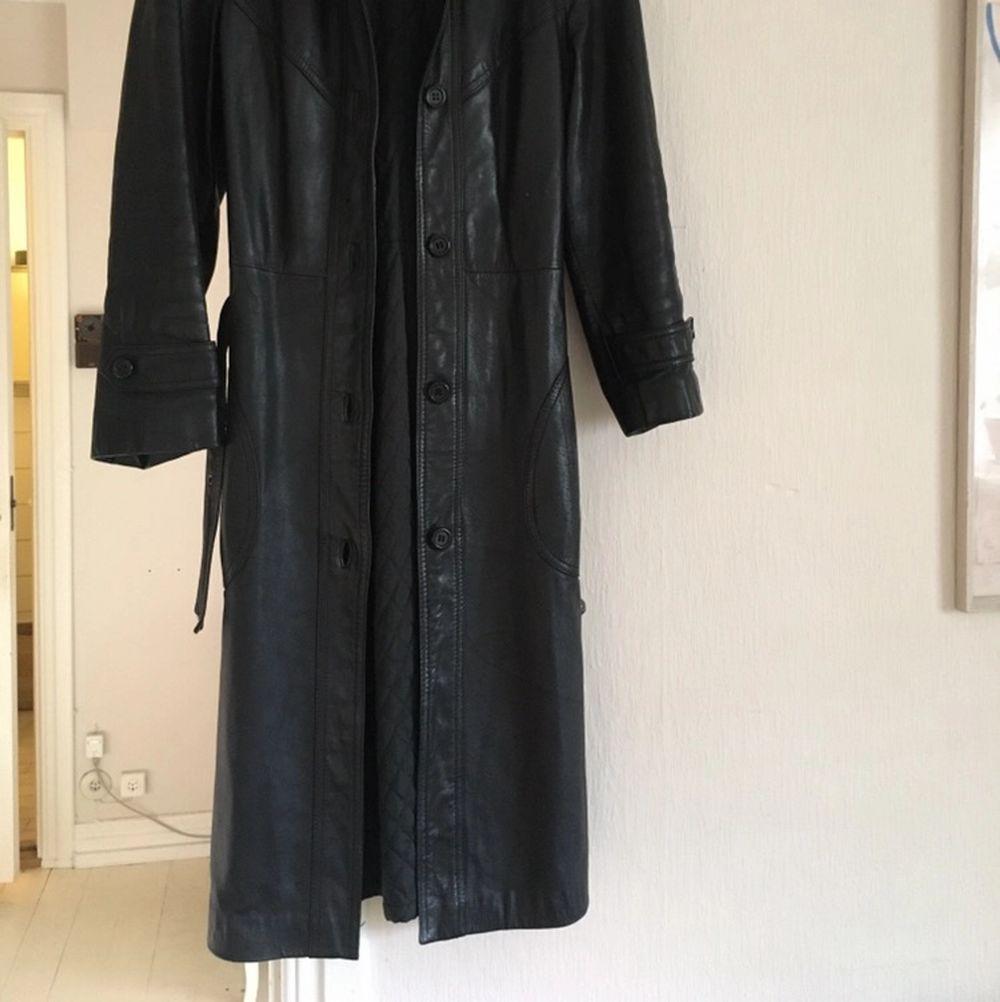 Lång, svart skinnjacka. Äkta skinn. Köparen står för frakt :). Jackor.