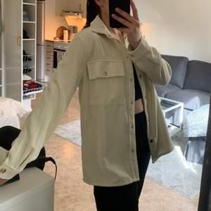 Krämvit skjorta/blus/overshirt, vad man nu vill kalla det. Märke: Gina Tricot, storlek S (36) 200 kr