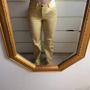 Säljer mina ascoola gula jeans från Carin Wester. Använda 1 gång. Så är som nya. Säljer då de är för små. Passar strl 36. Nypris ca 800kr