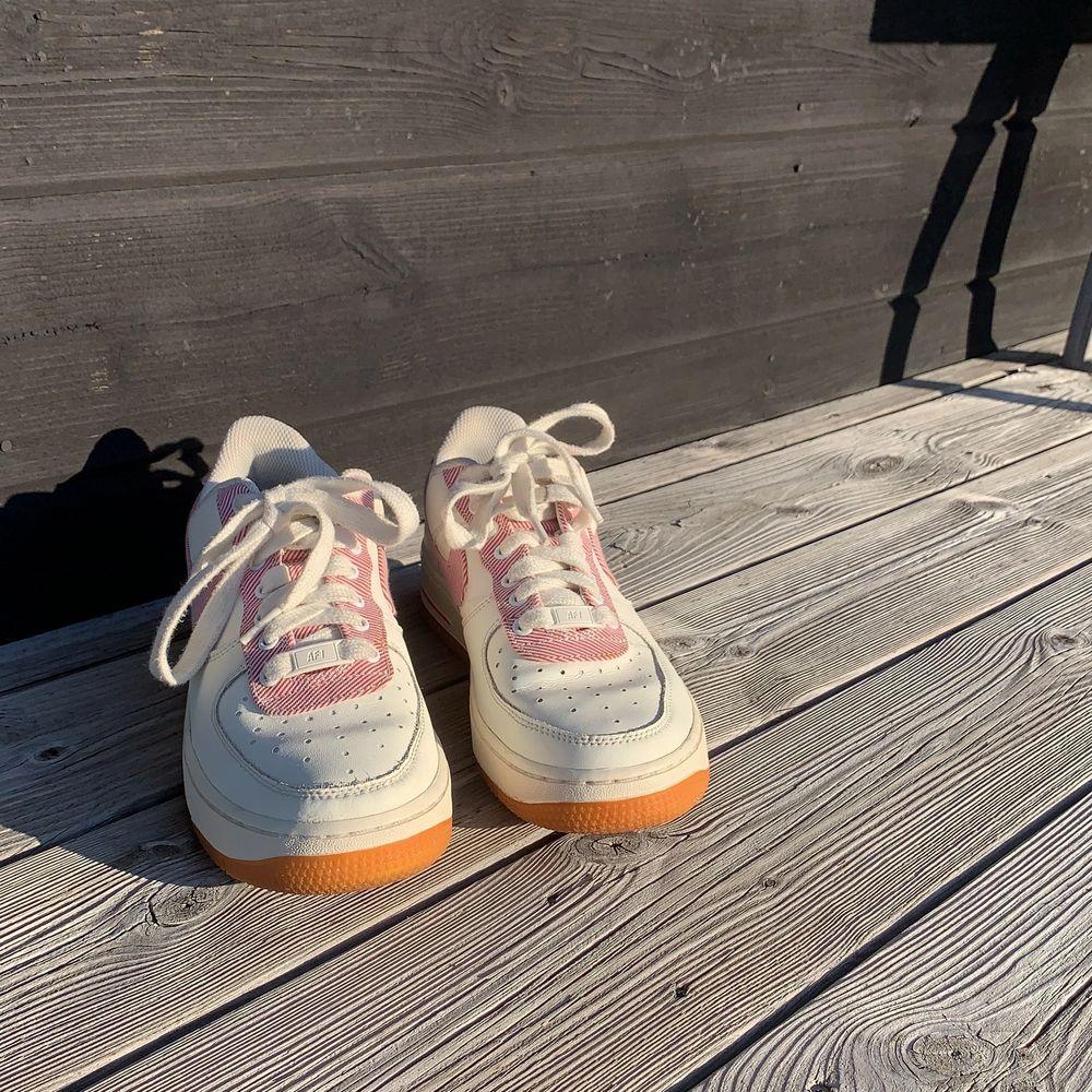 Vill kolla hur mycket man kan få för dessa innan jag säljer dem. Dem är vintage. Från 500 kr.. Skor.