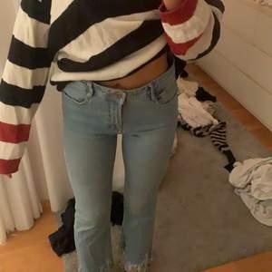 Snygga kickflare jeans från zara i storlek 36!, dem har ett hål vid rumpan! Säljs för 100kr + frakt! 💕 Kolla gärna mina andra annonser, kan samfrakta upp till 1 kilo😍💕