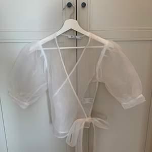 En superfin omlott blus från NAKD. Blusen är i storlek 36 och knappt använd!