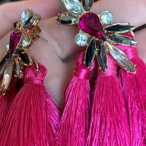 Fina örhänge med rosa tofsar. Första bilden visar färgen på dem bäst 💕