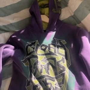 skitcool hoodie med tryck i grönt köpt här på plick, lite liten i storleken så säljer vidare☺️ fraktar helst skriv vid frågor ❤️❤️