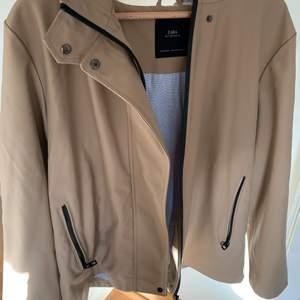 Regnjacka från Zara med blå insida och stor luva, knappt använd och därför i nyskick! 🌸