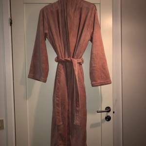 Jag säljer denna helt oanvända morgonrock i stl M. Den är så lurvig och sjukt mysig! Nypris ligger på 399kr och jag säljer min för 299kr, iom att den är heelt orörd! Frakt står köparen för💗🌸