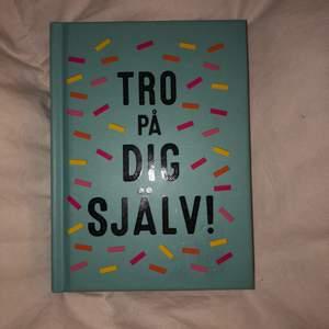 Jag säljer denna bok i nyckick, aldrig bläddrad i/använd!💙☀️ Säljer då jag fick den i födelsedagspresent men då jag har andra böcker som intresserar mig mer! Jag säljer denna för 50kr+fraktpeng.