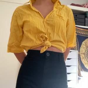 Söt gul skjorta köpt på second hand. Aldrig använd. Passar perfekt att knyta! Kan mötas upp i centrala Gbg. Annars står köparen för frakt.