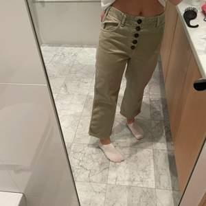 Khaki gröna jeans, med super coola knappar som detalj. Storlek 36, men små i storleken. Använda typ 2 gånger