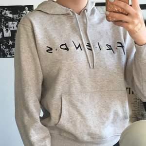 Grå friends hoodie från hm. Köpt för 200 säljer för 75 kr + 66kr frakt.
