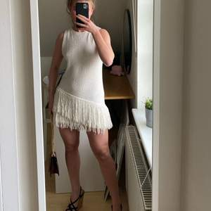 Virkad asymmetrisk klänning från en äldre kollektion från H&M. Finns inte kvar. Storlek 36 och är skitnajjjsss!!! Fraktkostnad: 59kr spårbar